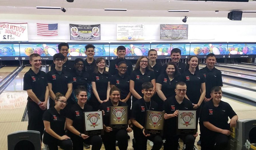 2018-2019+bowling+team+winning+GMC+county+tournament.+They+finished+with+a+combined+record+of+30-2-1.